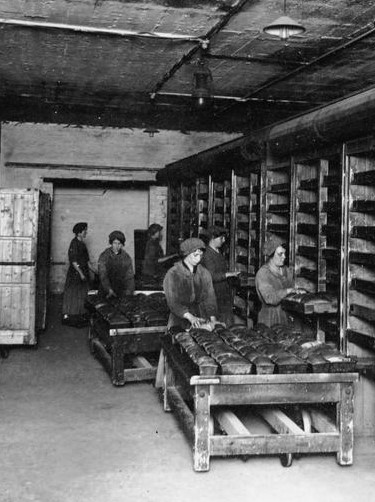 Several bakers and bakery assistants during World War II baking bread in dirty conditions https://upload.wikimedia.org/wikipedia/commons/1/10/THE_WOMEN%27S_WORK_IN_THE_WAR_PRODUCTION%2C_1914-1918_Q109954.jpg