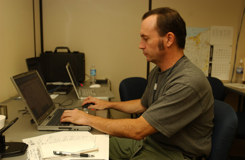 An SEO specialist on a computer practicing good web design or potentially putting his SEO skills on a resume   https://upload.wikimedia.org/wikipedia/commons/e/e4/FEMA_-_32323_-_FEMA_photographer_Mark_Wolfe_working_at_a_computer_in_Findlay%2C_OH_JFO.jpg
